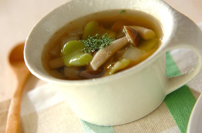 そら豆はスープにも活用できます。ミキサーにかけてポタージュにする方法もありますが、玉ねぎやしめじと一緒に豆のまま煮る方法も。ほかの野菜との色合いや食感も楽しめますよ。