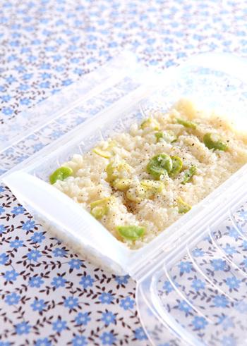 ご飯との相性ならリゾットもおすすめです。お米からではなく炊いた後のご飯を使って、電子レンジで簡単に作れちゃうレシピだから気負わずに挑戦してみましょう。