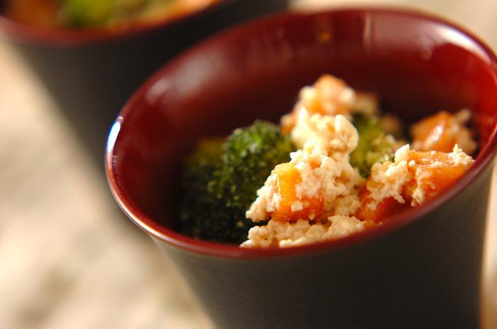 柿とブロッコリーの甘みがあって美味しい白和えです。箸休めにもちょうど良いおかずですね。