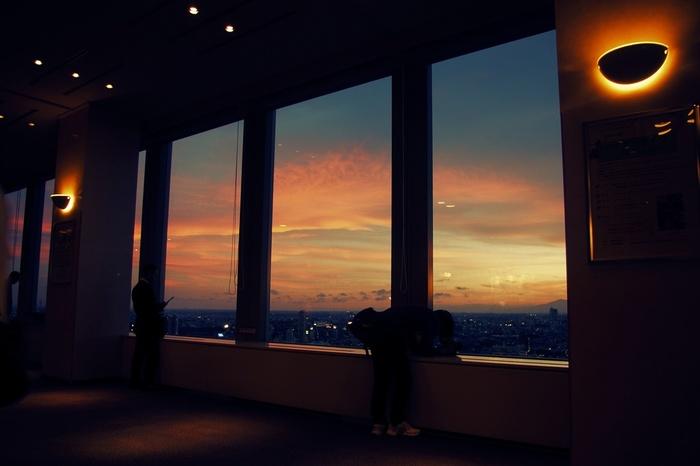 三軒茶屋駅の北西にある超高層ビル「キャロットタワー」の展望台から見た夕焼け。窓の右端にちらっと見えるとおり、晴天時には富士山もくっきり。世田谷区内で一二を争う夜景の名所として、23時まで無料開放されています。