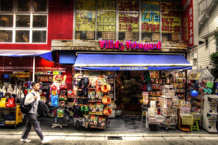 """栄通りにある、""""遊べる本屋""""、通称:ヴィレヴァン。書籍はもちろん、ポップでキッチュなモノたちとの出会いも楽しめます。トイカメラや色とりどりのマスキングテープ、かわいいキッチングッズも揃っています。通沌の中から掘り出し物が…!"""