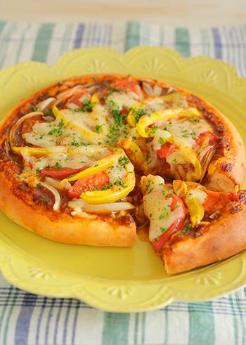 麻婆豆腐の素をピザソースに使用して2種のチーズをトッピングしたピリ辛&濃厚なピザです。