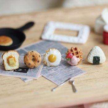 トーストにベーグル、目玉焼きにワッフル、おにぎりなど、朝ご飯アイテムを象ったイヤリングたちです。サイズは1〜1.24cm。どれも小さいのにとてもよく出来ていますね。