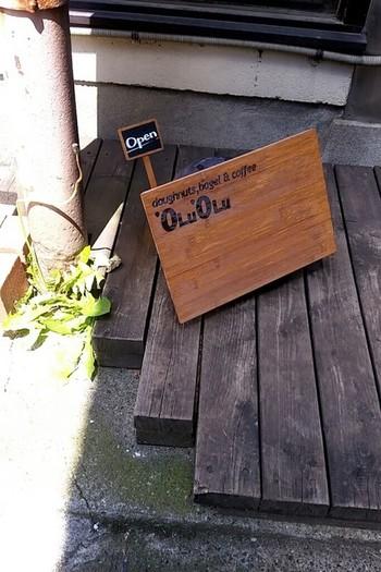 小さなアーケドにあったお店をリノベーションしたドーナツ屋さん「'OLU'OLU (オルオル)」。温かなムードの店内は、2013年に放送されたWOWOWドラマ「パンとスープとネコ日和」の撮影にも使われそうですよ。