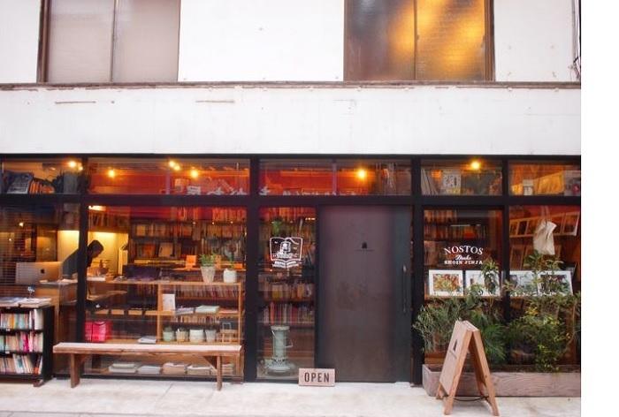 三軒茶屋のまちからでは1kmあまり歩きますが、世田谷線・松陰神社前駅から数10秒。アートやデザインをはじめ、ライフスタイル、アウトドア、インテリア、料理など、私たちの普段にもかかわりの深い書籍が多彩に揃っています。