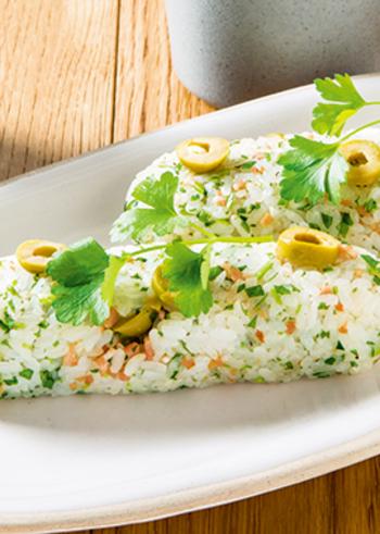 ピクニックランチをおしゃれに楽しむなら、おにぎりもちょっとおめかししましょう。こちらは、イタリアンパセリの洋風スティックおにぎり。グリーンオリーブやハーブなど、おにぎりとは思えない材料を使っています。食べやすい形もおすすめ。