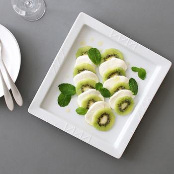 食材の美しい色をくっきり引き出してくれる白。少し大きめの器を食卓に一枚プラスするだけで、一気に爽やかさがUPします。