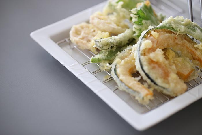 実はこの器は、揚げ物用の網がセット出来るスグレモノ。夏野菜の天ぷらなどを、彩り豊かに盛り付けるだけで、お箸が進みそうですね。
