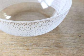 花のお皿と同じ技法で麻の葉が細かく刻まれたガラスボウル。夏を象徴する伝統柄が、素麺やナスの煮びたしなどの和食をおしゃれに演出してくれます。