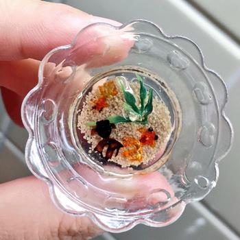 小さな金魚鉢を上から覗き込んでいるかのようなマグネット。直径4cmで、中にはミニミニ金魚と水草も揺れていてとても涼しげです。