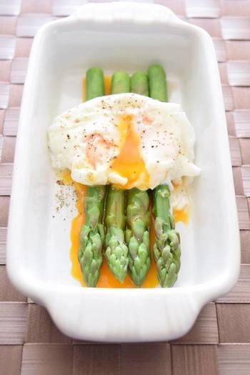 アスパラガスと卵はなかなかの名コンビ。卵の調理の仕方もいろいろなので、自分好みのアレンジを見つけたいですね。 とろーりこぼれる黄身が贅沢なポーチドエッグ。簡単に塩ゆでしたアスパラガスに大胆に乗せて。朝食に出てきたら、テンションが上がりそうです。