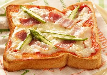 ピザトーストといえば、野菜は玉ねぎやピーマンが定番ですが、アスパラガスもよく合います。火が通りやすいので、時間のない朝も手軽に作れるのが嬉しいですね。
