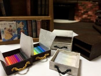 こちらは小さな木製のアンティークボックスに並んだ、ミニサイズの色鉛筆たち。長さは2.9cmです。1本1本丁寧に塗られています。