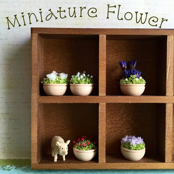 ドールハウスに飾っても可愛い、小さなお花のポットです。直径は約2㎝。こんなに小さくても、プリザーブドフラワーで出来ている本物のお花です。