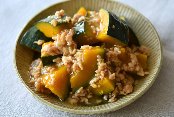 鶏ひき肉の旨みが、かぼちゃをじんわり包み込むほっこり味の煮物です。片栗粉のとろみで見た目もツヤツヤ、美味しそうですね。