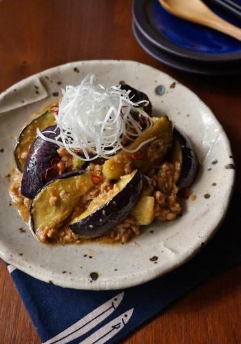 味噌と粉山椒で味付けした、和風マーボーナスはいかが? 淡泊なナスは、火を通すと肉の旨みを吸い込んで、口の中でとろけます。