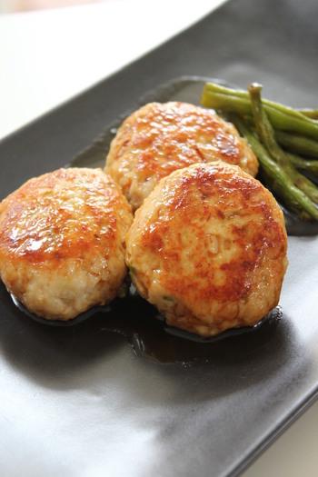 レンコンは、切り方を変えるとシャキシャキにもモチモチ食感にもなる不思議な野菜です。こちらのレシピでは、すりおろしたレンコンと粗みじん切りにしたレンコンをたっぷり入れて、食感が楽しい「鶏つくね」に。冷めても美味しいから、お弁当やおつまみにも◎