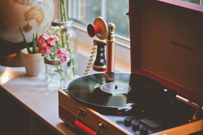 大切にしているレコードがある人は、ぜひ棚から出してプレーヤーにかけてあげましょう。デジタル全盛の世界で、アナログらしい趣のある音色は心を癒してくれますよ。