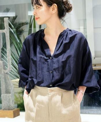 袖元が大きく広がっていたり、長め丈の『袖コン』トップスは、裾からちらりと覗く手元が女性らしい印象に。ふんわりとした柔らかなラインも◎