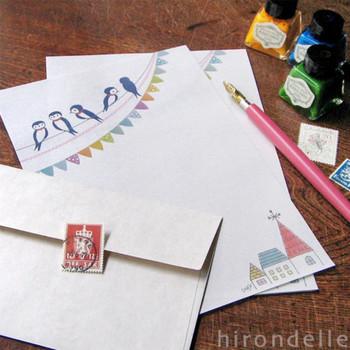 送る相手のことを考えながら、レターセットを選んで、丁寧に手紙をしたためる。忙しい毎日でも、短い手紙ならすきま時間ですっと書くことができます。いつでも手紙を書くことができるように、日頃から文具やさんを覗いて、可愛いレターセットを探しておくといいですね。