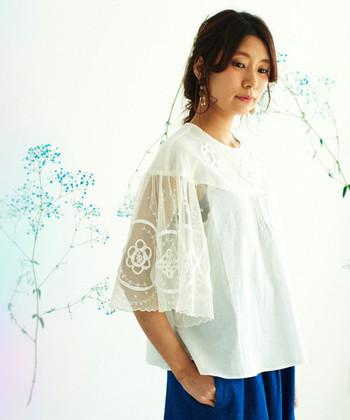 特徴のあるデザインであることが多い『袖コン』アイテムは、着るだけでコーディネートが完成するので、実はとっても楽チン♪袖に特徴はありますが、全体的にはシンプルな物が多く、今持っているボトムスともすぐに合わせることができますよ。