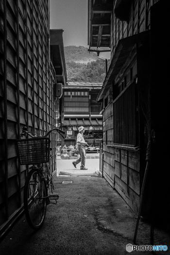 モノクロ写真初心者さんにまずオススメなのが、レトロな雰囲気のある場所で撮影してみることです。下町の裏路地、古い看板、寂れた建物など…まるでタイムスリップしたかのような写真が撮れるはずです。