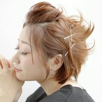 前髪に逆毛を立ててからポンパドールに。 ふんわりトップにボリュームを出すことで、でこ出しでも小顔にみせることができます。