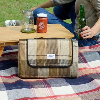 まるでバッグのようにコンパクトに収納できるレジャーシート。素敵なピクニックを、よりおしゃれに演出してくれそう。ランチのあとは、お昼寝でもしたくなりますね♪