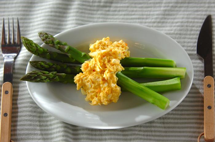 卵の黄色とアスパラガスの緑色のコントラストが鮮やかな一皿。細かく刻んだ茹で卵に混ぜ合わせたホタテが名脇役。アスパラガスの自然な甘みを引き立たせます。