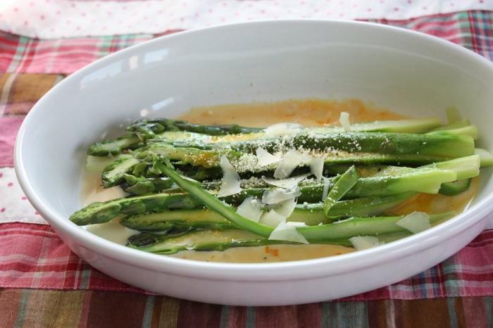 薄くカットして茹でたアスパラガスに手際よく卵黄のソースを絡めて。仕上げにパルメザンチーズをたっぷりかければ、即席カルボナーラの出来上がり。