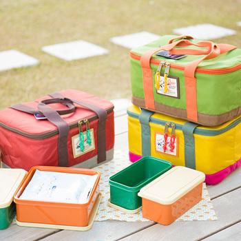 お弁当箱と保冷バッグがセットに!保冷バッグの中には、ぴったりサイズの容器が4つ入っていて、容器の中には保冷剤を入れることもできます。暑い季節にうれしいですね。グリーン、マスタード、レッドととてもおしゃれな3色がそろっています。