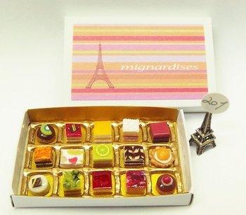 とっても綺麗なお菓子が並ぶこちらのケースは、なんとマッチ箱です。サイズは56mm×35mm×9mm。その中にこれだけの精密なお菓子が並んでいるなんて驚愕!