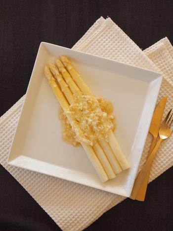 ホワイトアスパラガスを主役に白でまとめて、ビジュアルも美しい一皿。ゴマ油とニンニクが効いた白ネギの塩だれが食欲をそそります。