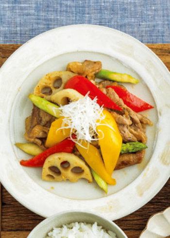 ご飯がすすむ豚の生姜焼き。もちろん定番レシピもおいしいですが、カラフルな野菜をたっぷり加えるとまた印象が変わります。楽し気なビジュアルに、子どもも喜びそうですね。