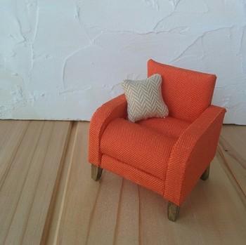 オレンジ色が鮮やかな小さなソファは、幅・奥行きが6cm、高さは6.5cmの可愛いサイズ。座面の窪みがリングピローになっています。大切な指輪をひと休みさせるのにぴったりですね。