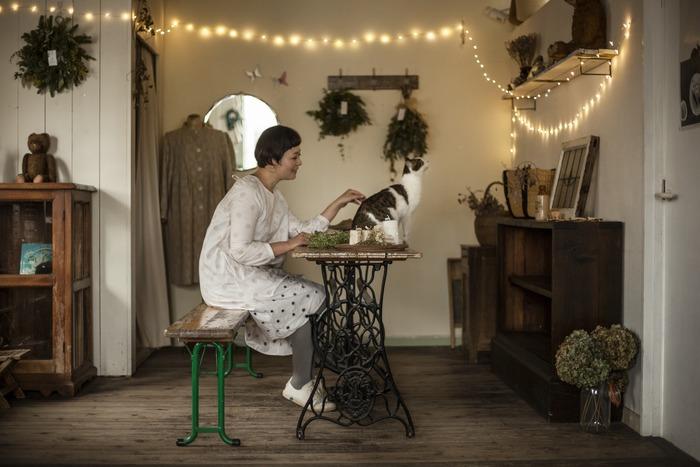 オーナーの佐々木綾さんの「好き」が集められた雑貨は、どれも個性的で味わい深いものばかり。実は佐々木さんは「草とten shoes」というバンドのボーカルもされており、お店のイベントではご自身で歌われることもあるんですよ。