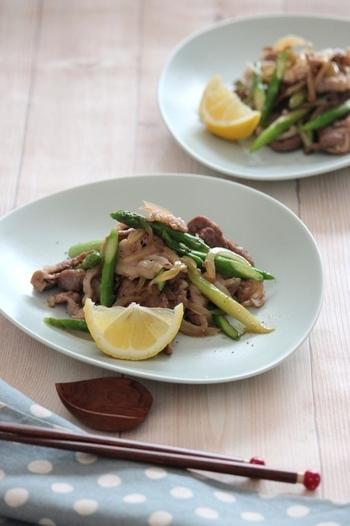 シンプルなお肉のオイスター炒めをアスパラガスと一緒に。火の通りを適度に発色美しく仕上げるために、アスパラガスと玉ねぎはお肉と別で炒めて、最後に合わせましょう。