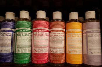 マジックソープは、お好みのアロマの香りで選べる全11種類です。 洗顔や、掃除など、用途に合わせていろいろな種類を持っても楽しいですよね♪  固形石鹸タイプもあります。  全11種類…ペパーミント、ラベンダー、ベビーマイルド(無香料)、サンダルウッド&ジャスミン、チェリーブロッサム、ローズ、シトラスオレンジ、ティートゥリー、グリーンティ、アーモンド、ユーカリ