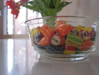 オリジナルのキャンディのオーダーも可能で、希望の文字やデザインを入れたオーダーは10kgから。150袋で¥75,000〜のようですが、ノベルティや結婚式の引き出物などにも良いかもしれません。