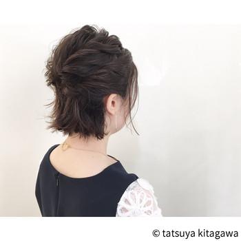 トップとサイドの髪を分けて編み込みにし、後ろでピンで留めたアレンジ。 仕上げにトップに高さが出るように、ほぐしてあげましょう。