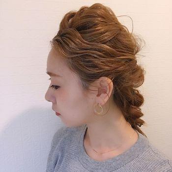 トップの髪をくるりんぱしてから、ルーズに引き出してボリュームアップ! 襟足の髪を編み込んでまとめたすっきりヘア。
