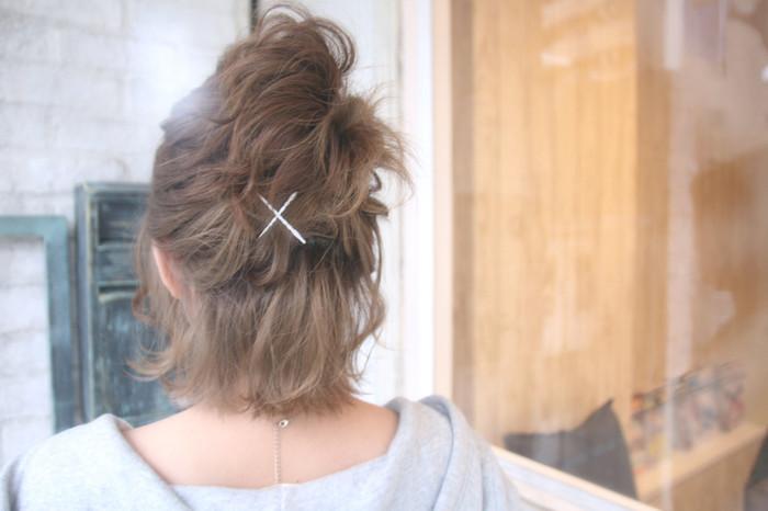 逆毛をいかしたとっても簡単なハーフアップスタイル♪ 髪が短くて全体をまとめるのが難しい長さでも、これならできますね。