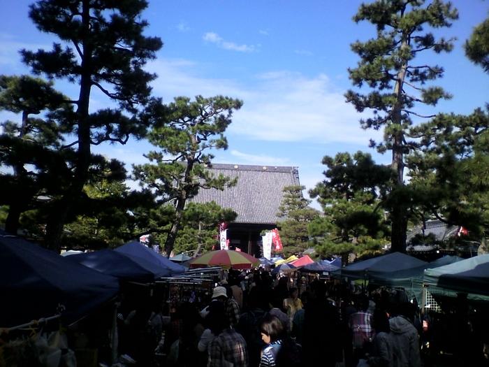 京都には数多くの手作り市がありますが、中でも有名なのが知恩寺の境内で開催されている「百万遍さんの手作り市」です。  広い境内にびっしりとテントが立ち並び、人の波にのまれてしまいそうになるほどいつも混雑しています。お気に入りのお店を見つけても通り過ぎてしまえば、もう一度見つけるのは至難の業。  手作り市の魁(さきがけ)ともいわれる存在で、作り手の方のレベルがとても高い見応えのある手づくり市です。