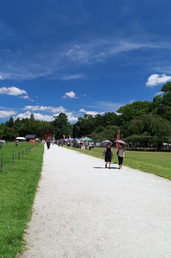 【広々とした芝生の馬場の中央に、白砂の表参道が一の鳥居から二の鳥居まで続いています。】