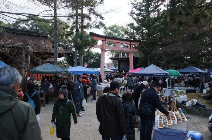 上賀茂神社は世界文化遺産として登録されており、国宝を含む重要文化財が点在しているのも見所。豊かで清々しい自然の中、手づくり作家さんの作品に触れるのはまた他の会場とは違った趣がありますよ。