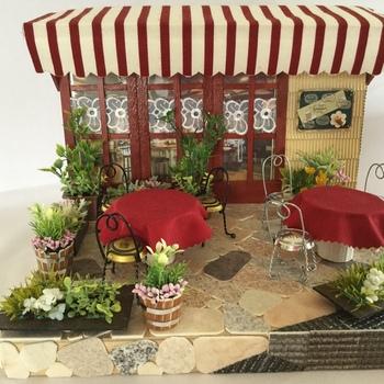 小さなグリーンに囲まれたカフェのミニチュアです。並んでいるテーブルや椅子、グリーンなどは固定されていないので、配置を変えて遊ぶことができます。お気に入りのミニチュアを加えて、自分だけのカフェに模様替えするのも楽しそうですね。