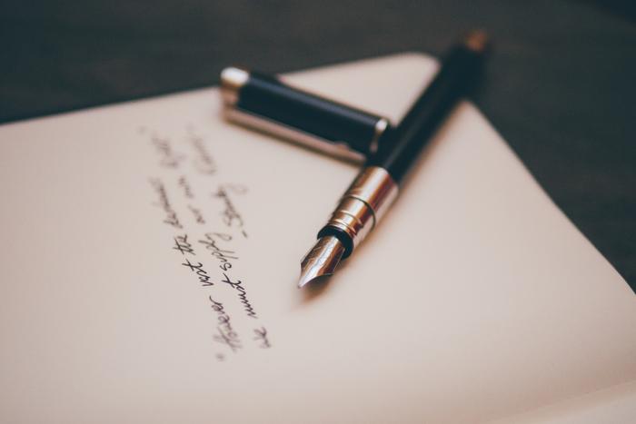しばらく会っていないお友達や、仕事またはプライベートでお世話になった人などへ、改めて手紙を書くのはいかがでしょう?雨の日は時間が静かに流れるような感覚になるもの。穏やかな気持ちで手紙をしたためるのに最適な日です。