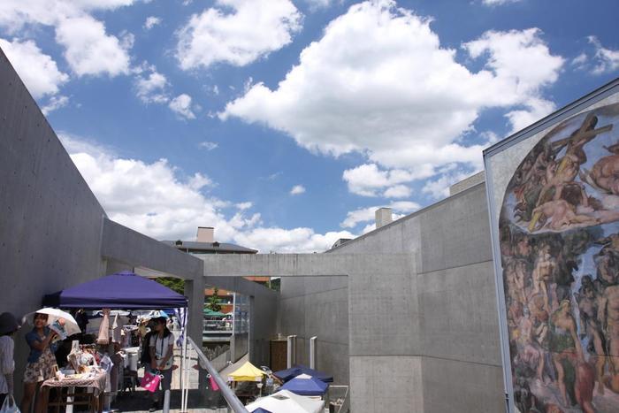 2010年4月よりスタートした北山クラフトガーデン。 1月と10月を除く毎月の第1日曜日に約40~60店の手づくり作品のお店が並びます。庭園美術館「京都府立・陶板名画の庭」を会場にした「アートでスタイリッシュ」がテーマという北山らしいお洒落な手づくり市です。