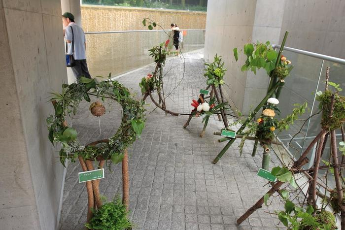 会場である庭園美術館は有名建築家・安藤忠雄氏が設計されており、その会場自体がアート空間!手づくり作家さんの作品を楽しんだあとは、庭園美術館に飾られているルネサンスの名画や悠久の古典も堪能してくださいね。  会場のエントランス前ではジャズの生演奏ステージが聴けたりもするので、ゆっくりとスタイリッシュでアートに溢れる雰囲気を楽しんでください。
