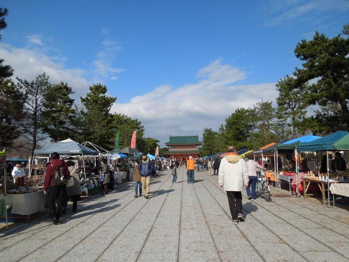 岡崎公園にて2012年9月よりスタートした平安楽市。最大で約180店ほどが軒を連ねます。会場の周辺は京都市屈指の文化ゾーン!平安神宮、市立美術館、動物園、京都市勧業会館など、様々な文化施設や観光名所があります。